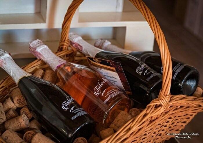 Tintarella bottles in a basket